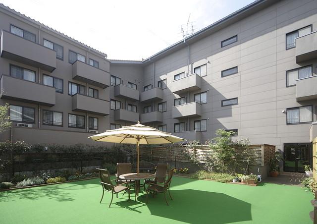 舞浜倶楽部富士見サンヴァーロ(介護付有料老人ホーム)の画像(2)中庭からの外観
