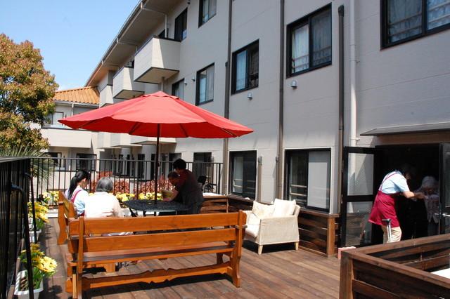 舞浜倶楽部富士見サンヴァーロ(介護付有料老人ホーム)の画像(5)中庭でのお茶の風景