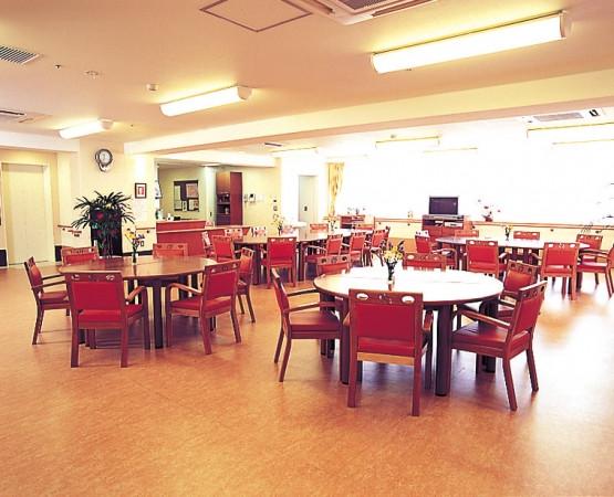 ライフコミューン深大寺(介護付有料老人ホーム)の画像(2)食堂兼機能訓練室