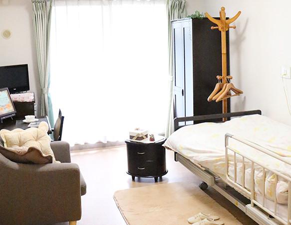 ライフコミューン深大寺(介護付有料老人ホーム)の画像(7)居室とソファー