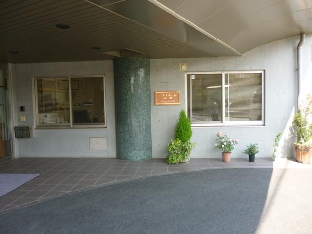 ニチイホーム稲城(介護付有料老人ホーム)の画像(5)玄関前