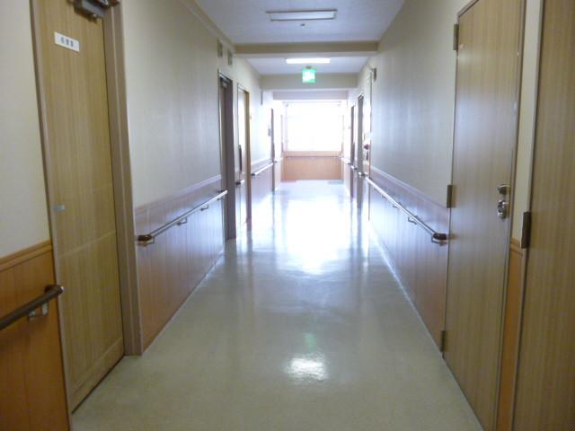 ニチイホーム稲城(介護付有料老人ホーム)の画像(16)館内廊下