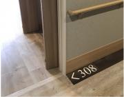 ブリエライフ狭山Ⅱ(サービス付き高齢者向け住宅(一般型特定施設入居者生活介護))の画像(10)居室前床面・居室番号