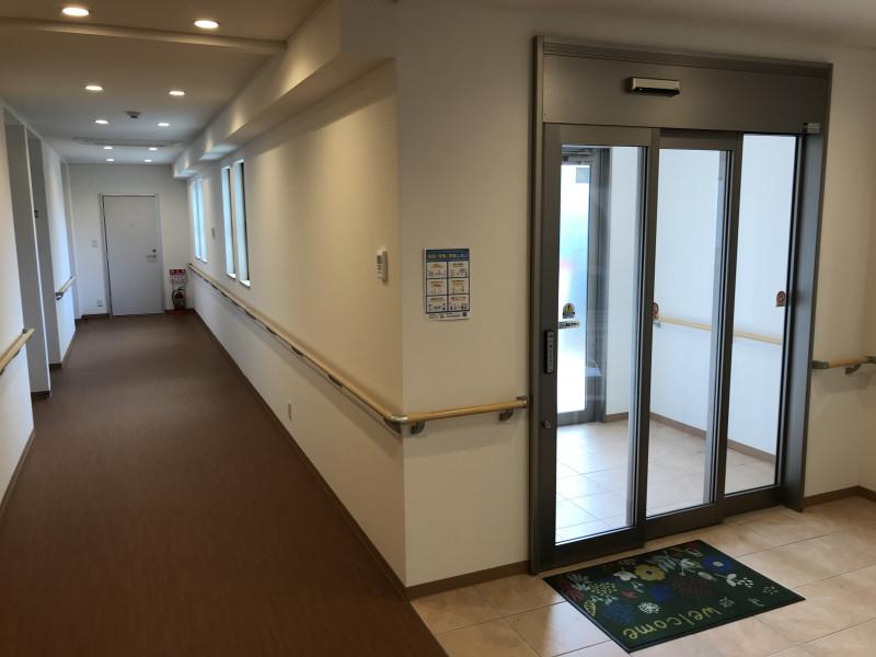 K-アーバン南生田 本館(サービス付き高齢者向け住宅)の画像(4)1階共用廊下