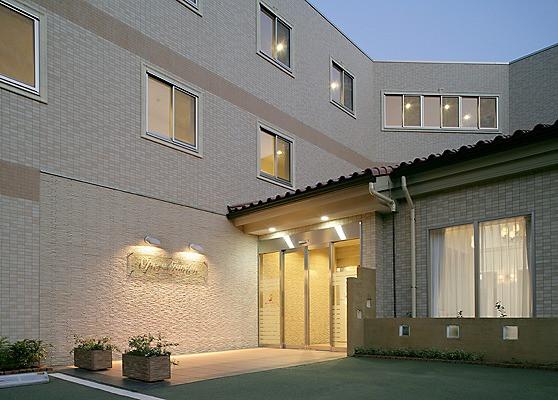 オペラガーデン湘南・二宮(サービス付き高齢者向け住宅)の画像(2)夜のエントランス