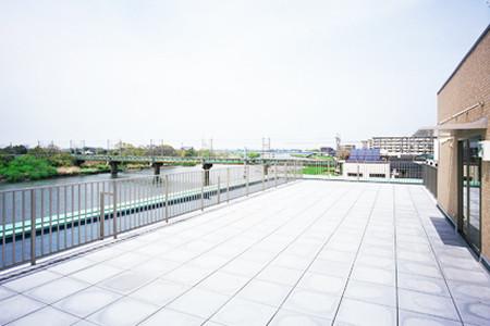ツクイ・サンシャイン吉川(介護付有料老人ホーム)の画像(10)屋上広間
