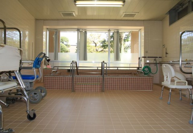 蓮田オークプラザ介護館(介護付有料老人ホーム)の画像(5)一般浴室①