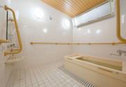 SOMPOケア ラヴィーレ越谷(介護付有料老人ホーム)の画像(15)浴室 ひのきタイプ