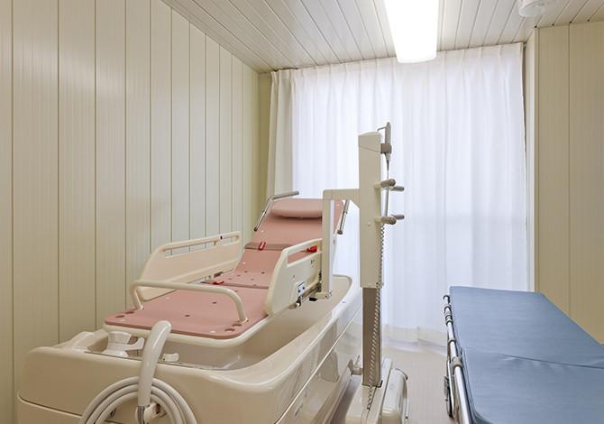 センチュリーハウス武蔵浦和(介護付有料老人ホーム(一般型特定施設入居者生活介護)/サービス付き高齢者向け住宅)の画像(9)浴室(寝台浴)