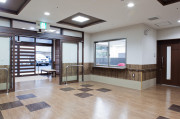 ディーフェスタ川口芝高木(サービス付き高齢者向け住宅)の画像(7)受付+エントランス
