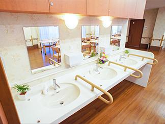 福寿よこはま港北(住宅型有料老人ホーム)の画像(3)共有の洗面台