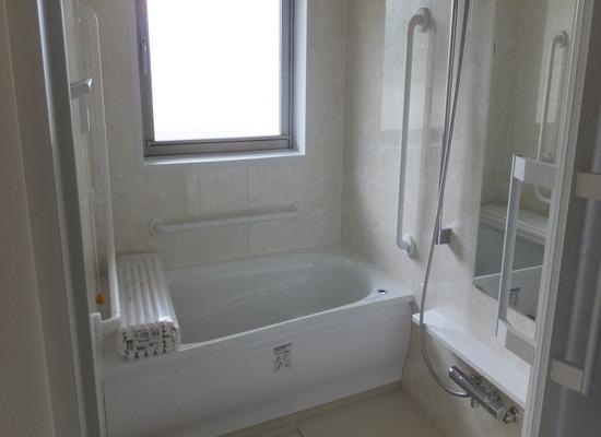 桜山ハイム結生弐番館(サービス付き高齢者向け住宅)の画像(3)明るい窓付きの浴室