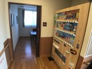 イリーゼ用賀(住宅型有料老人ホーム)の画像(13)一階部分の自動販売機