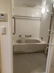 ヴェルジェ新横浜Ⅲ なしの郷(サービス付き高齢者向け住宅)の画像(15)低めの広めのお風呂