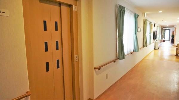 コスモス中山(サービス付き高齢者向け住宅)の画像(7)EV前廊下