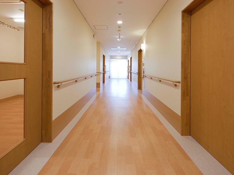 ケアリビング(サービス付き高齢者向け住宅)の画像(2)バリアフリーの廊下