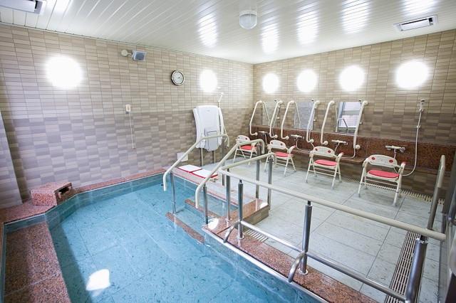 ニチイホーム墨田(介護付有料老人ホーム)の画像(10)広い大浴場もあります