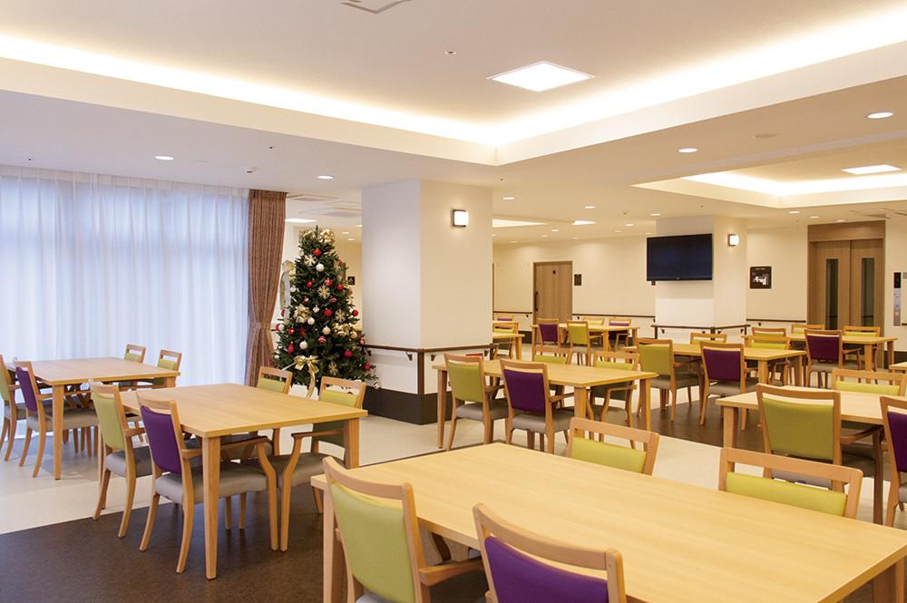 リアンレーヴ春日部(介護付有料老人ホーム)の画像(22)明るい雰囲気の食堂