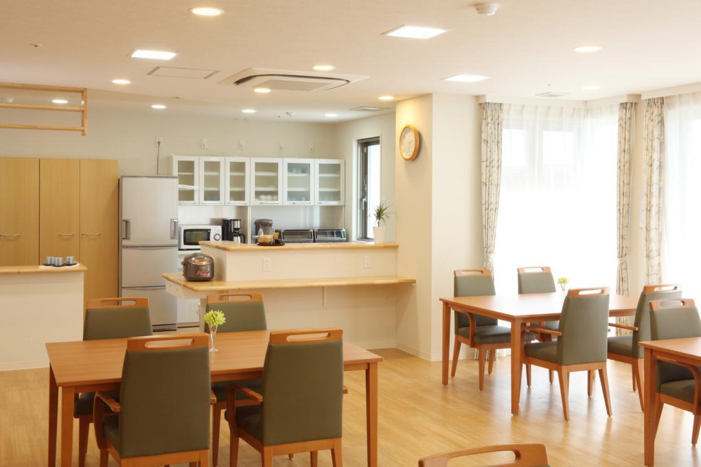 まどか武蔵新城(介護付有料老人ホーム(一般型特定施設入居者生活介護))の画像(4)リビングルーム兼食堂