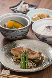 アズハイム横浜東寺尾(介護付有料老人ホーム)の画像(8)昼食例