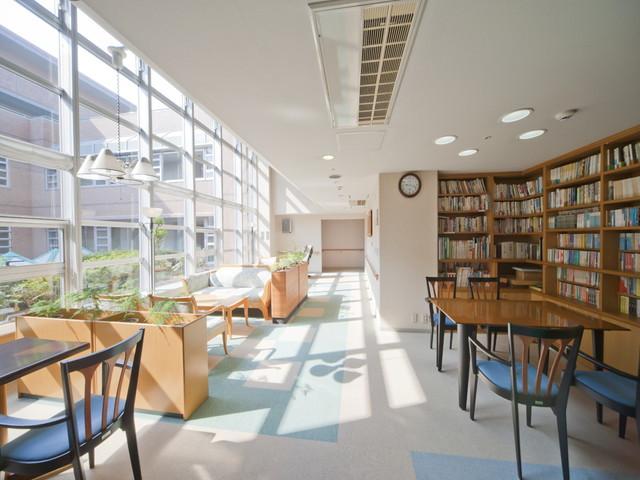 ヴィンテージ・ヴィラ洋光台(介護付有料老人ホーム)の画像(3)図書コーナー