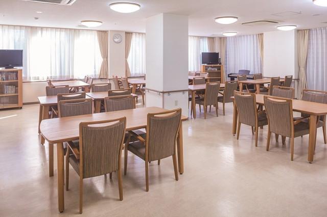 ニチイホーム菊名(介護付有料老人ホーム)の画像(4)食堂