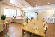 メディカルホームくらら三鷹(リビングルーム兼食堂兼機能訓練室)の画像