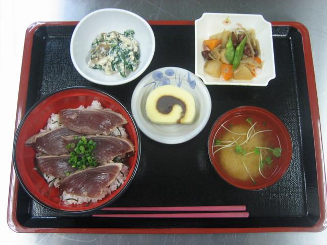 ベストライフ吉祥寺Ⅱ(住宅型有料老人ホーム)の画像(3)お食事(鰹たたき丼)