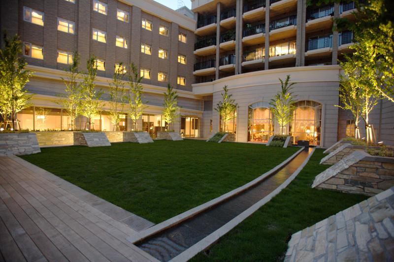 グランクレール馬事公苑(住宅型有料老人ホーム)の画像(2)中庭(夜景)
